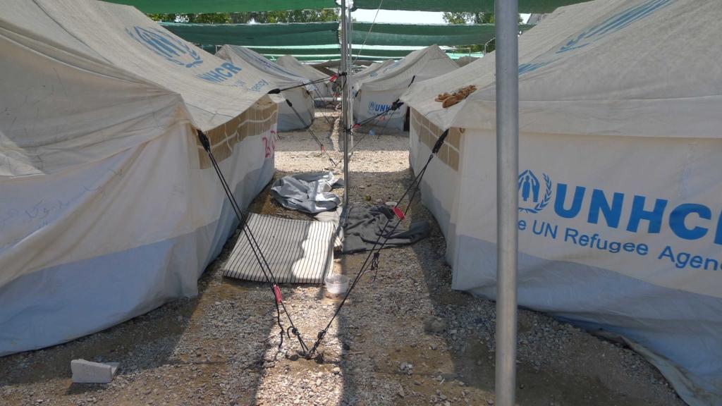 Ein Schlafplatz zwischen den Zelten zeigt die beengten Verhältnisse im Lag